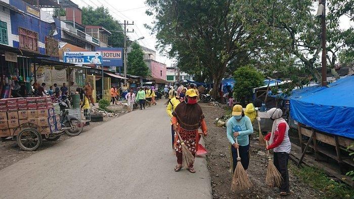 Dinas Lingkungan Hidup Langkat Ajak Pedagang Pasar Stabat Gotong Royong Bersihkan Sampah