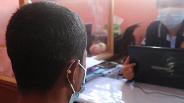 RSS diperiksa oleh petugas di Kantor Polres Tapanuli Utara. Remaja ini mengaku telah melakukan kekerasan seksual kepada dua orang anak kecil.