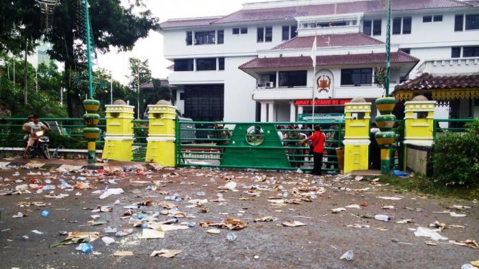 Gegara Kebiasaan Buruk Warga, Jalan Setia Luhur Dipenuhi Sampah