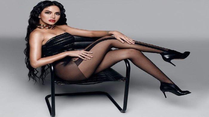 Pemotretan seksi Nikita Mirzani. Kenakan stocking transparan dan baju kemben seksi, penampilan Nikita Mirzani sukses menjadi sorotan!