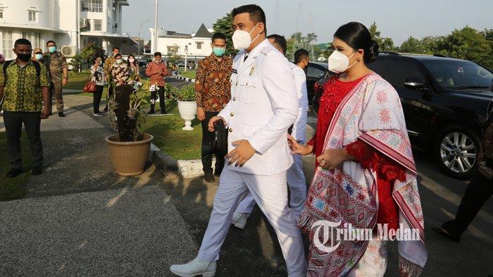 Wali Kota Medan terpilih Muhammad Bobby Afif Nasution (kiri) didampingi istri Kahiyang Ayu (kanan) bersiap mengikuti pelantikan di Medan, Sumatera Utara, Jumat (26/2/2021).TRIBUN MEDAN/RISKI CAHYADI