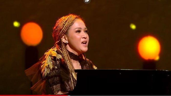 Penampilan Maia Estianty di panggung Indonesian Idol, Senin (26/4/2021)