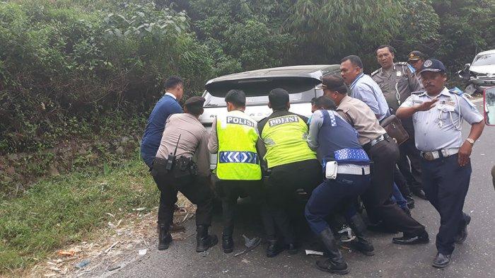 Petugas Gotong Royong Angkat Mobil Kecelakaan di Penatapan Brastagi . . .