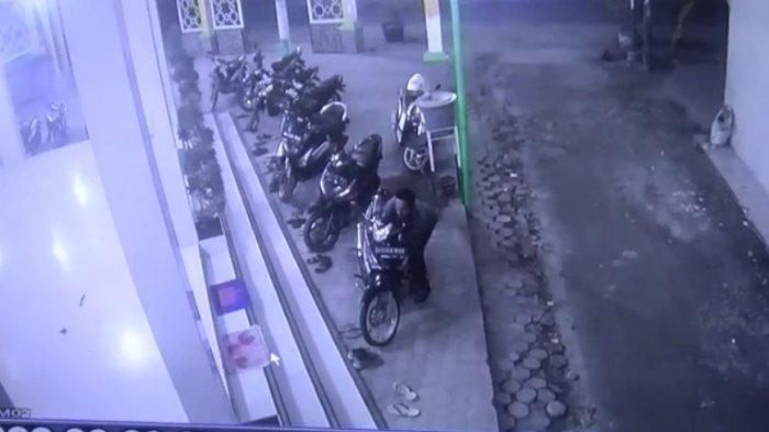 Pencuri Beraksi di Masjid Tanjungmorawa saat Salat Subuh, 3 Detik Motor Melayang!