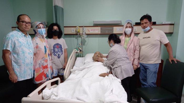 Pendeta SAE Nababan saat mendapat perawatan di Rumah Sakit