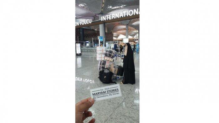 Pendiri Maryam Stories Indra Pandapotan dan Farah Fadillah di sebuah bandara.