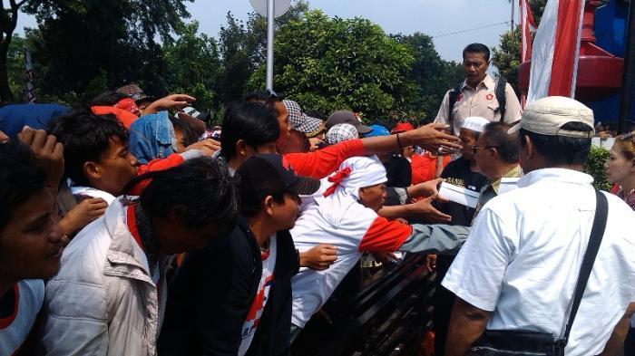 Pendukung Prabowo Berebut Nasi Kotak, Panitia: Saya Dulu, Saya Dulu !