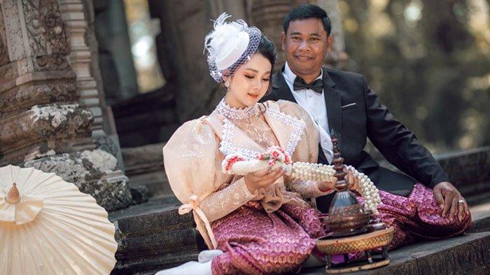 Pasangan pengantin Bun Salout dan Sharu terpaut usia 33 tahun
