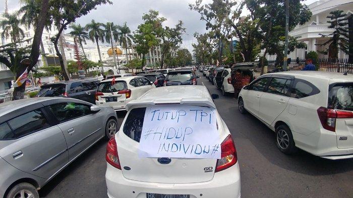 Ratusan Pengemudi Grab Car Blokir Jalan Diponegoro tepat di Depan Kantor Gubernur