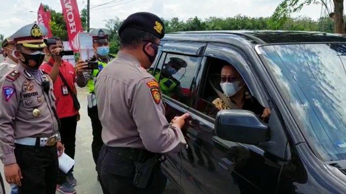 Seorang pengemudi mendengarkan penjelasan dari seorang personel kepolisian terkait prokes dan larangan mudik di Pos Penyekatan Polresta Deliserdang, di Jalinsum Desa Sukamandi Hilir, Kecamatan Pagarmerbau, Deliserdang, Kamis (6/5/2021).
