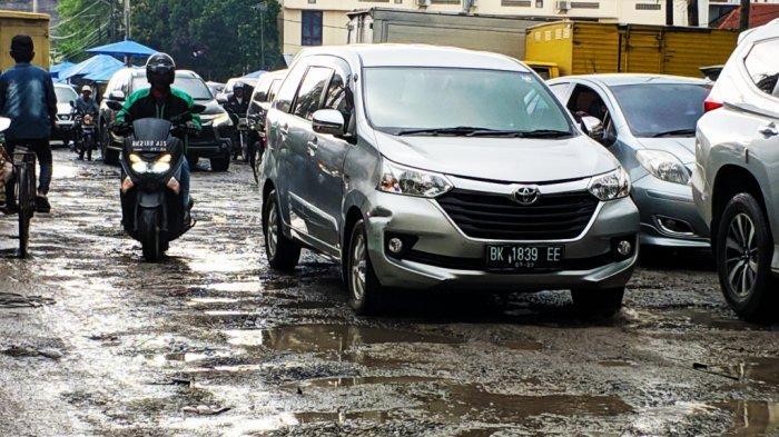 Jalan Berlumpur dan Berlubang, Pengendara Tampak Berhati-hati Melintas di Jalan Veteran Medan