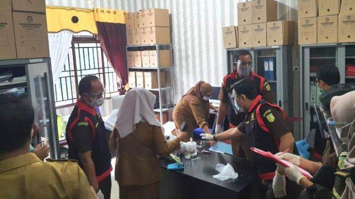 BREAKING NEWS Jaksa Geledah Rumah dan Kantor Kadisdukcapil Deliserdang Cari Bukti Dokumen