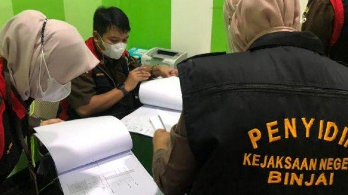 KEJARI BINJAI - Selain menggeledah rumah Pegawai Negeri Sipil (PNS) Dinas Perhubungan bernama Juanda, Kejakasaan Negeri juga mendatangi perusahaan miliknya di Jalang Traktor, Kelurahan Cengkeh Turi, Kecamatan Binjai Utara, Selasa (8/6/2021).