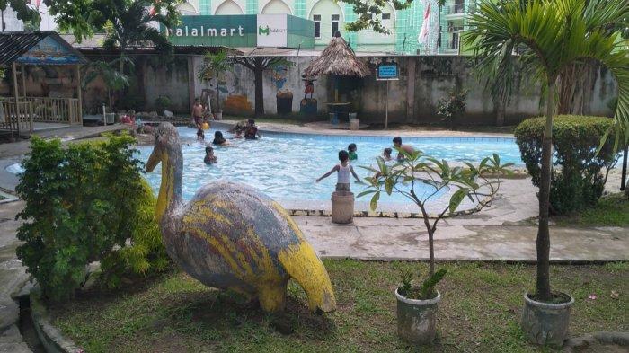 Pengunjung berenang di Kolam Renang Deli