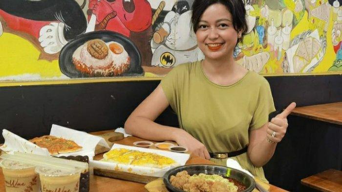 Pengunjung menikmati beragam menu yang ada di Mastercheese Pizza (MCP) Medan