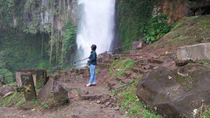 Pengunjung menikmati keindahan alam di Sikulikap,Desa Doulo, Kecamatan Berastagi, Kabupaten Karo, Sumatera Utara.
