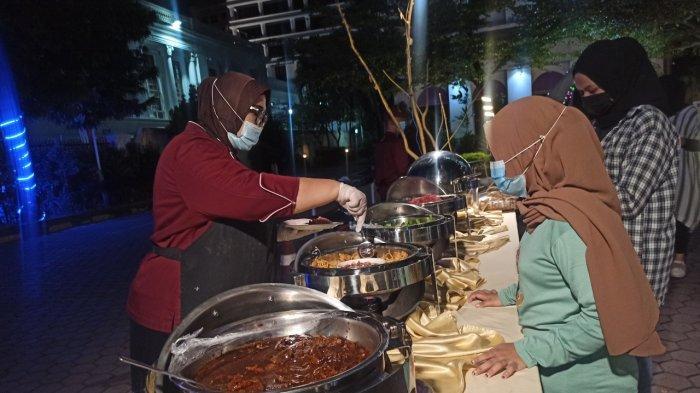 Pengunjung menikmati makanan di Hotel Grand Inna Medan