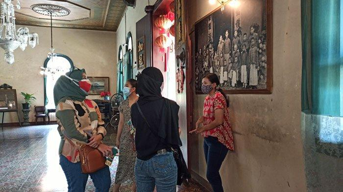 Pengunjung Museum Tjong A Fie saat berswafoto di halaman tengah rumah Tjong A Fie, Jalan Kesawan Medan, Jumat (30/10/2020). Selama libur panjang, pengunjung Museum Tjong A Fie mengalami peningkatan.
