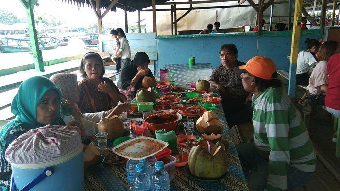 Menyantap Ikan Laut Segar Sepuasnya di Rumah Makan Terapung Percut Sei Tuan Deliserdang