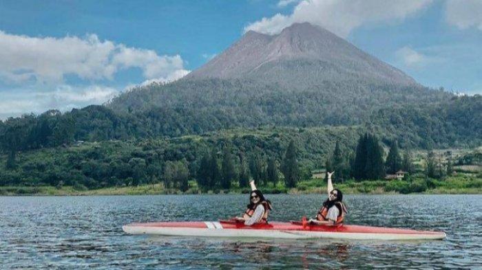 Wisatawan liburan di Danau Lau Kawar