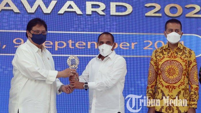 Berita Foto: Menko Perekonomian menyerahkan Piala TPID Kepada Sumut Berkat Program Pekan Horas Tani