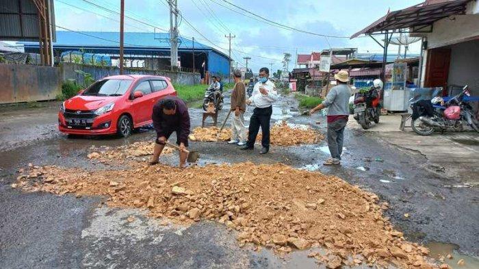 Warga Desa Semangat Gotong Royong Timbun Jalan Berlubang, Lama Dibiarkan Pemerintah