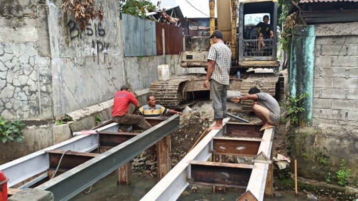 PERBAIKAN jembatan yang menghubungkan dua kelurahan di Jalan Swadaya, Kelurahan Harjosari II Medan Amplas dan Kelurahan Kedai Durian Medan Johor, Rabu (23/12/2020).