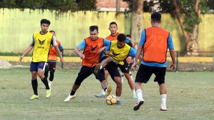 Pemain PSMS Medan yang resmi dikontrak menjalani latihan di Stadion Kebun Bunga Medan, Senin (15/3/2021)