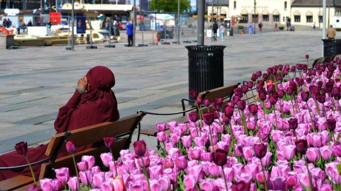 Seorang perempuan muslim tengah bersantai duduk di Oslo, Norwegia.