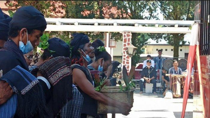 Situasi ritual keagamaan untuk penghormatan gugurnya Raja Sisingamangaraja XII 114 tahun yang lalu yang dirayakan pada hari ini, Kamis (17/6/2021). (Tribun-medan.com/Maurits)