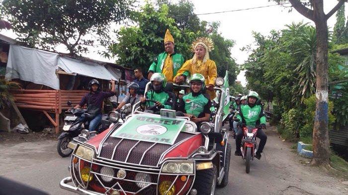 Pernikahan dua pengemudi Go-Jek di Jalan Tiung, Perumnas Mandala, Medan, Sumatera Utara, Sabtu (8/7/2017).