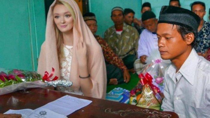 Pernikahan Nur Khamid (26), seorang pria asal Dusun Gaten, Desa Ketunggeng, Kecamatan Dukun, Kabupaten Magelang, Jawa Tengah, dengan seorang wanita asal Inggris bernama Polly Alexandrea Robinson (21) tengah menjadi perbincangan hangat di media sosial. (HANDOUT via Kompas.com)