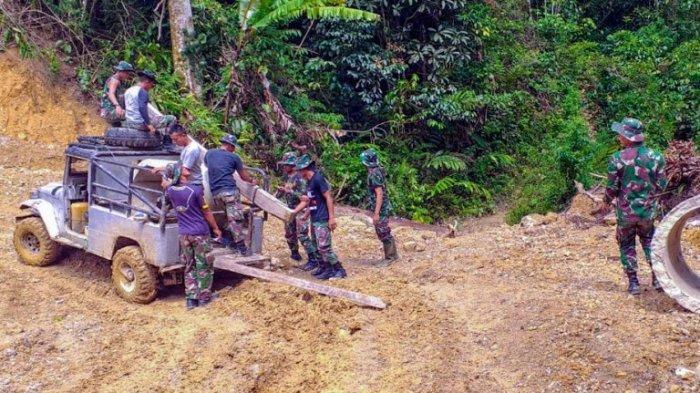 Puluhan Tahun Merana, Warga Dua Desa Terpencil di Dairi Senang TNI Datang Buka Jalan