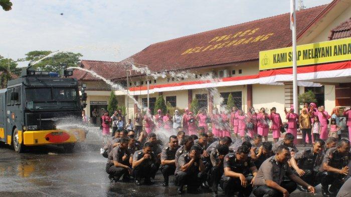 Naik Pangkat, 54 Personel Polisi Deliserdang Disemprot Watercanon