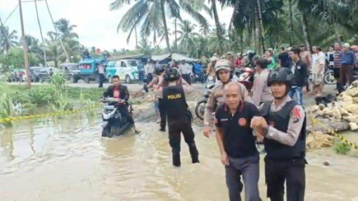 Air Sungai Teluk Dalam Meluap, Anggota Polres Nisel Berjaga di Titik Banjir