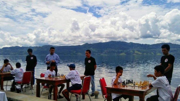 Pelajar SMP Samosir Bertandingan Catur dengan Latar Keindahan Danau Toba