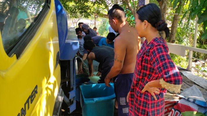 PDAM Tirtanadi Bagikan Air Bersih untuk Warga Jalan Rawe VII