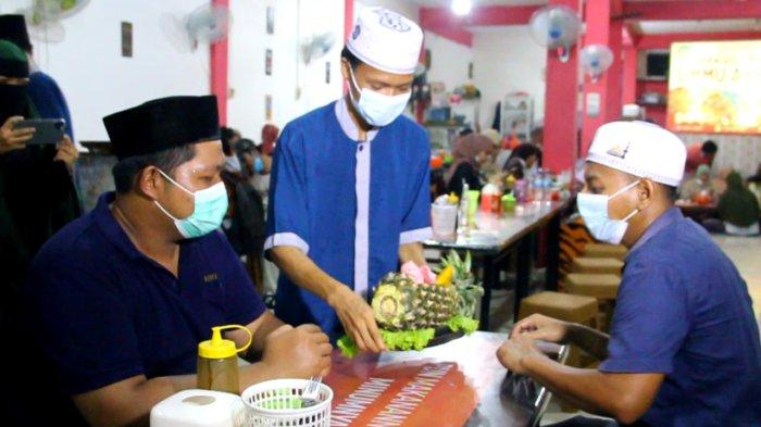 Sensasi Makan Bakso Disajikan dalam Wadah Buah Nanas di Warung Bakso Lava Ummu Akbar, Buat Ketagihan