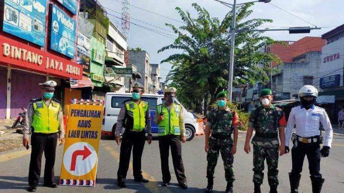 Petugas Buka Tutup Jalan di Medan Diimbau Gunakan Masker Saat Bertugas
