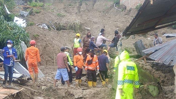 Ema Kaget Tanah Sudah Menutup Hampir Setengah Pintu Rumahnya : Tiba-tiba Air Udah Ada