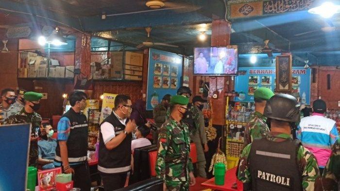 Petugas saat melakukan razia di sejumlah restoran dan rumah makan di kawasan Ringroad pada Rabu (15/9/2020) malam
