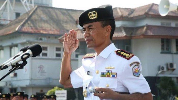 Mantan Komandan Satuan Kapal Selam Koarmabar II TNI AL sekaligus Mantan KRI Nanggala 402 Kolonel Laut (P) Iwa Kartiwa, saat masih bertugas dan saat ini terbaring sakit karena keracunan zat besi kapal selam selama puluhan tahun bertugas.