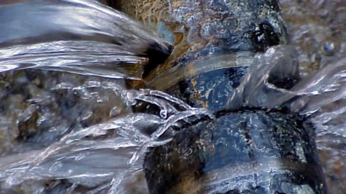 Pipa Air di Jalan Yos Sudarso Bocor