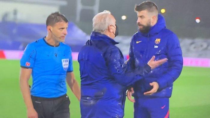 BEk Barcelona, Gerard Pique saat protes terhadap wasit saat duel El Clasico real Madrid vs Barcelona, Minggu (11/4/2021)