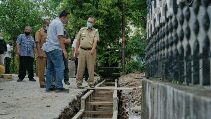 Tinjau Drainase di Kelurahan Mabar Hilir, Akhyar Instruksikan Kadis PU Lakukan Perbaikan