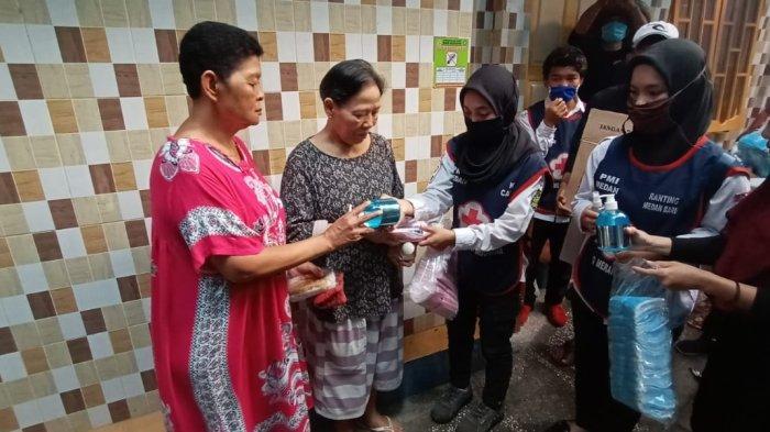 Peringati Hari Relawan, PMI Medan Bagikan Masker dan Hand Sanitizer di Kampung Sejahtera
