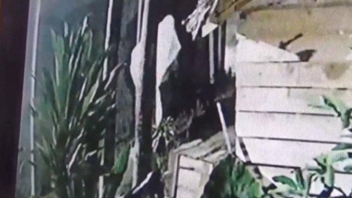 Pocong Terekam CCTV Gasak Tabung Gas dan Bola Lampu di Rumah Warga, Hilang Dalam Sekejap