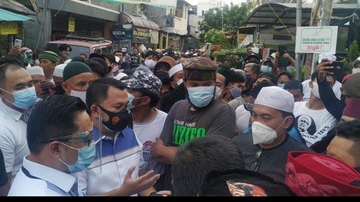 Tim penyidik Polda Metro Jaya kembali lagi ke kediaman imam besar Front Pembela Islam (FPI) Habib Rizieq Shihab, di Petamburan III, Jakarta Pusat, Rabu (2/12/2020) sore.   Sore