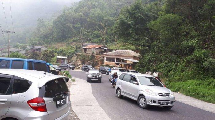 PARADE FOTO: Pengaturan Arus Lalu Lintas di Jalur Wisata - polisi-lalu-lintas-di-brastagi-tribun_20170430_182033.jpg