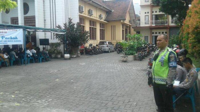 Paskah, Personel Polisi Standby di Setiap Gereja - polisi-standby-di-gereja-methodis-indonesia-tribun_20170414_165336.jpg